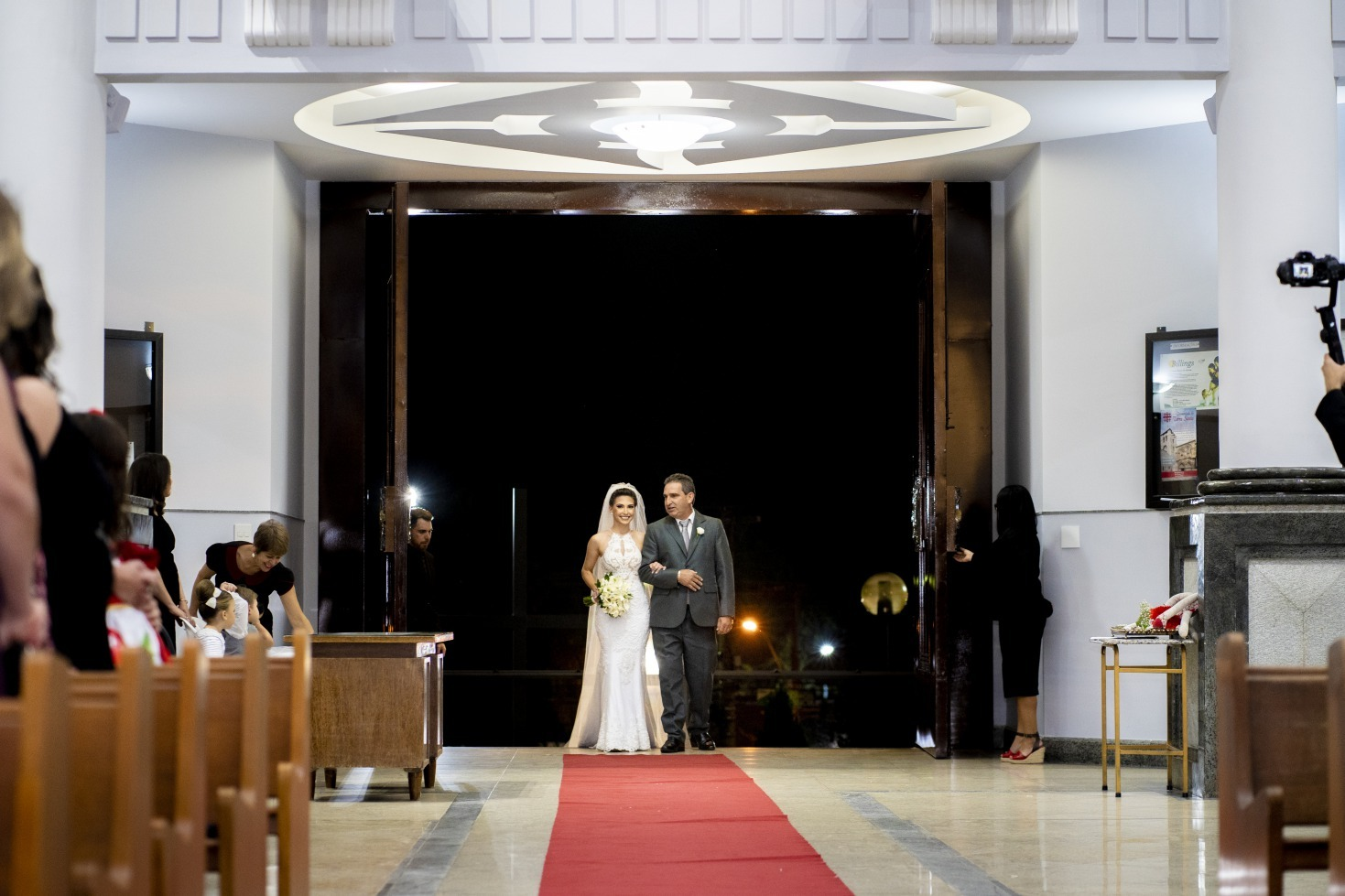 Casamento em Pará de Minas na Paróquia São Francisco de Ana e Caique - Vestido Zephora Linha Premium - Foto Alexandre Lemos