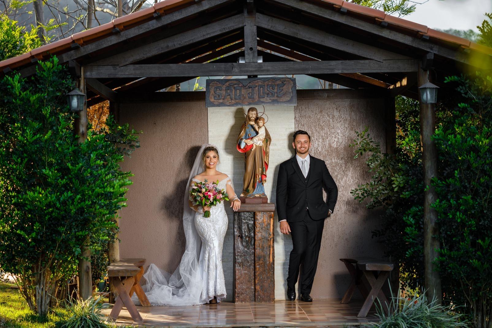 Fotos pós wedding no Vale da Misericórdia em Itaúna de Sabrina e Marcelo - Foto Demetrio Laurentys - Vestido Zephora